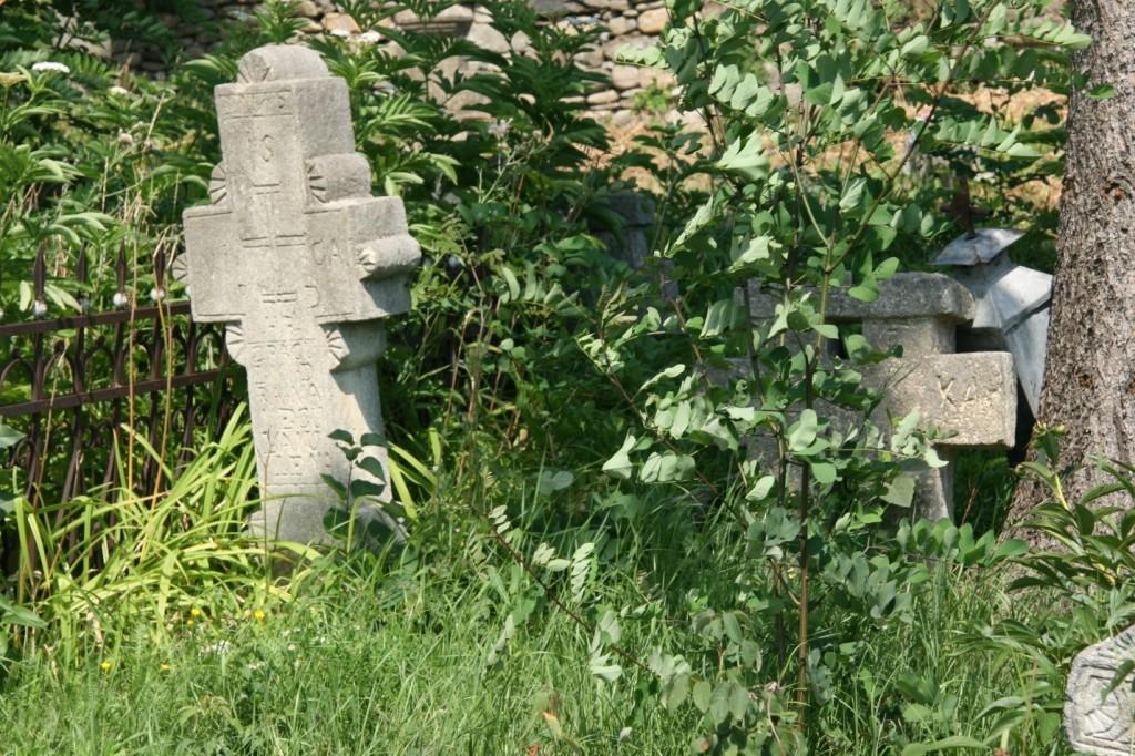 Cruci vechi în cimitirul bisericii