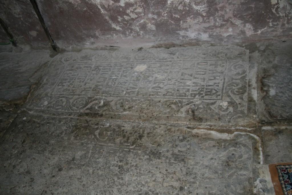 Piatră de mormânt în pronaos, pe latura de sud
